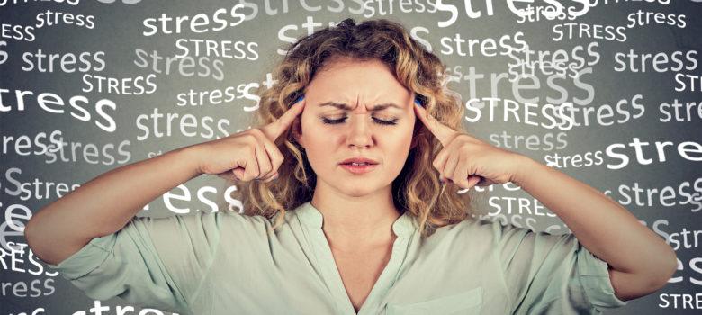 Femme stressée se prenant la tête